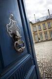 法国豪宅的通道门环 免版税库存图片