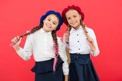 法国贝雷帽的女孩 制服的愉快的孩子 友谊和妇女团体 r 海外教育 图库摄影