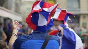 法国足球队员拍的手和吹哨的支持的喜爱爱好者  股票视频