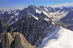 法国阿尔卑斯山的登山人在南针峰,法国附近 免版税图库摄影