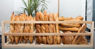 法国面包在面包店市场上 免版税库存照片