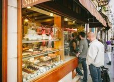 法国面包店队列巴黎,法国酥皮点心甜点食物 库存照片