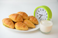法国面包新月形面包和牛奶 库存图片