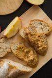 法国面包长方形宝石在有刀子的木板切开了 cho 库存图片