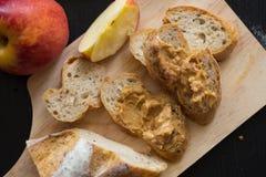 法国面包长方形宝石在有刀子的木板切开了 cho 图库摄影