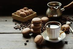 法国饼干macarons用咖啡 免版税库存照片