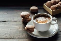 法国饼干macarons用咖啡 图库摄影