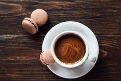 法国饼干macarons用咖啡 库存图片