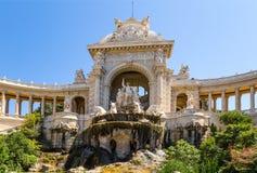 法国马赛 Longchamp宫殿的门面的中央部分与雕象和小瀑布喷泉的 库存图片