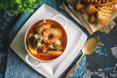 法国鱼汤法式海鲜汤用海鲜,三文鱼内圆角,虾,浓郁的味道,在美好的白色的可口晚餐 库存图片
