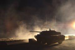 法国,一个外国军队的培训中心-大约, 2011年 AMX-10在夜训练生火期间的坦克 免版税图库摄影