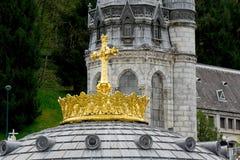法国,卢尔德 加冠在圣所卢尔德的大教堂 免版税库存照片