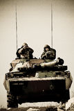 法国,外国军队的培训中心-大约, 2011年 AMX-10坦克的军团的士兵在锻炼期间 免版税图库摄影