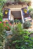 法国,安地比斯- 8月28 :一个古老大厦的开窗口 库存照片