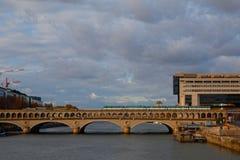 法国,巴黎, 2017年11月26日:Bercy桥梁 免版税库存图片