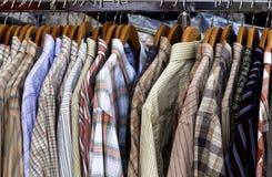 衬衣摊位在一家商店在巴黎 免版税库存照片