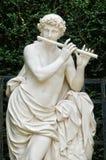 法国,雕象在圆顶树丛里在凡尔赛宫公园  图库摄影