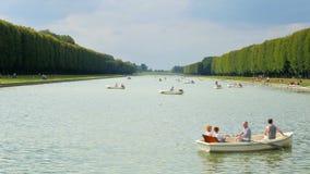 巴黎-法国, 2015年8月:乘独木舟的小船凡尔赛宫殿湖 股票录像