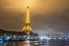 巴黎法国, 2014年11月:假日在冬天圣诞节期间的法国-艾菲尔铁塔 图库摄影