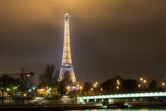 巴黎法国, 2014年11月:假日在冬天圣诞节期间的法国-艾菲尔铁塔 免版税库存照片