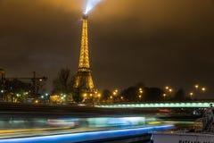 巴黎法国, 2014年11月:假日在冬天圣诞节期间的法国-艾菲尔铁塔 免版税库存图片