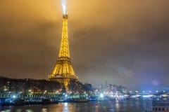 巴黎法国, 2014年11月:假日在冬天圣诞节期间的法国-艾菲尔铁塔 免版税图库摄影