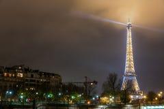 巴黎法国, 2014年11月:假日在冬天圣诞节期间的法国-艾菲尔铁塔 库存图片