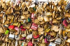 法国,巴黎- 2017年4月01日:艺术桥-横跨塞纳河的桥梁用2017年4月01日的恋人挂锁填入了 库存照片