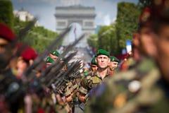 法国,巴黎- 2011年7月14日 军团的士兵在香榭丽舍大街的游行前进 免版税图库摄影