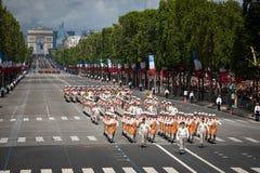 法国,巴黎- 2011年7月14日 法国外籍兵团的军团的士兵在香榭丽舍大街的游行前进 库存照片