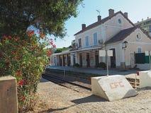法国, Corse,卡尔维, 2017年6月6日,火车站大厦 图库摄影