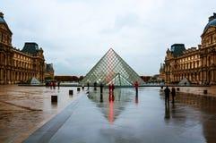 法国巴黎 博物馆天窗金字塔  免版税库存图片