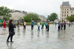 法国 参观Cathedrale巴黎圣母院的巴黎2018 6月01日,游人是eas的一个最著名的大教堂1163 - 1345 免版税库存照片
