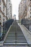 巴黎法国- 2012年11月22日:与台阶的巴黎都市风景在老镇 免版税库存图片