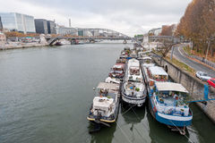 巴黎法国- 2012年11月22日:与塞纳河和小船的巴黎都市风景 库存照片