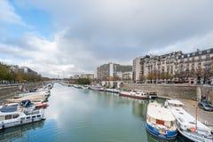 巴黎法国- 2012年11月22日:与塞纳河的巴黎都市风景有小船的 免版税库存照片