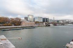 巴黎法国- 2012年11月22日:与塞纳河的巴黎都市风景 免版税库存照片