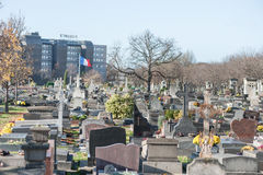 巴黎法国- 2012年11月25日:城市公墓在巴黎,法国 挥动的标志 库存图片