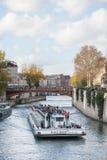 巴黎法国- 2012年11月25日:塞纳河和观光的小船在巴黎,法国 图库摄影