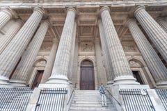 巴黎法国- 2012年11月24日:有人的宫殿在巴黎 法国 背景圣诞节关闭红色时间 图库摄影