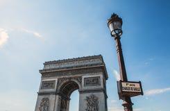巴黎-法国- 2015年8月30日:Famous Arc de Triumph,夏令时 库存照片