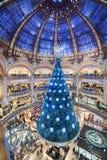 巴黎法国- 2012年11月22日:Galeries拉斐特Haussmann商城在巴黎 法国 背景圣诞节关闭红色时间 免版税库存照片