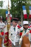 巴黎 法国 2012年7月14日 一个小组在游行前的军团在香榭丽舍大街在巴黎 库存图片