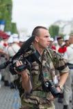 巴黎 法国 2012年7月14日 军团的士兵摄影师拍摄在香榭丽舍大街的游行 免版税库存照片