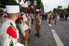 巴黎 法国 2012年7月14日 在游行前的先驱在香榭丽舍大街在巴黎 图库摄影