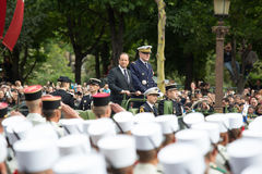 巴黎 法国 2012年7月14日 在游行期间,法国总统弗朗索瓦・奥朗德欢迎公民 免版税库存图片