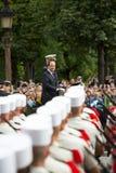 巴黎 法国 2012年7月14日 在游行期间,法国总统弗朗索瓦・奥朗德欢迎公民 免版税库存照片