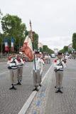 巴黎 法国 2012年7月14日 有一面信号旗的军团的士兵在香榭丽舍大街的游行期间在巴黎 免版税库存照片