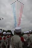 巴黎 法国 2012年7月14日 飞机装饰在法兰西共和国的旗子的颜色的天空 免版税库存照片