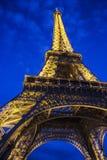 法国-巴黎-艾菲尔铁塔美妙地被照亮在黄昏 库存图片